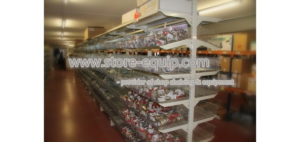 Case 15 - Wire mesh shelving